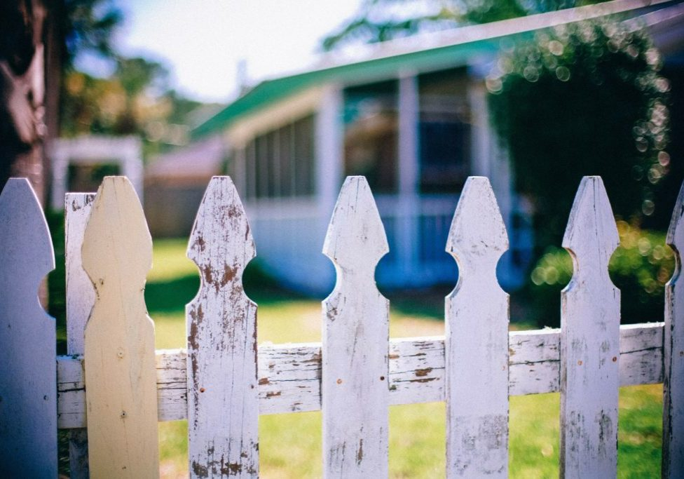 picket-fences-349713_1920